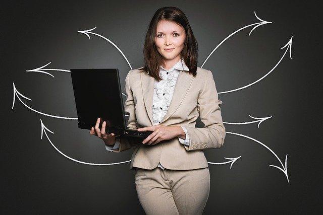 Kobieta trzymająca laptop