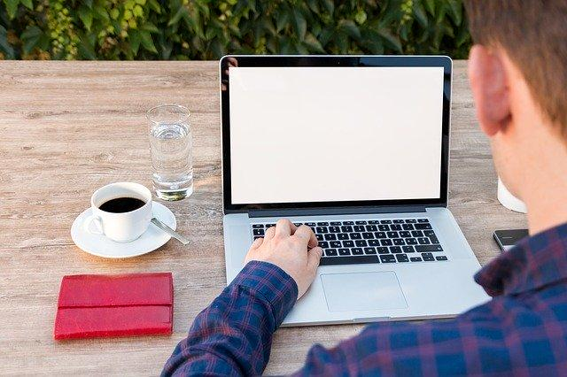 Laptop i notatnik na biurku