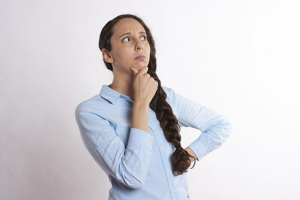 Zastanawiająca się kobieta w koszuli