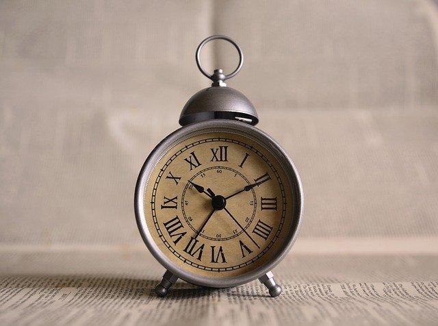 Zegar przedstawiający czas oczekiwania na przelew